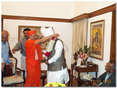 Acharya Swamishree presents the Prime Minister a special garland from Lord Swaminarayan