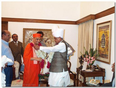 The Prime Minister garlands Acharya Swamishree