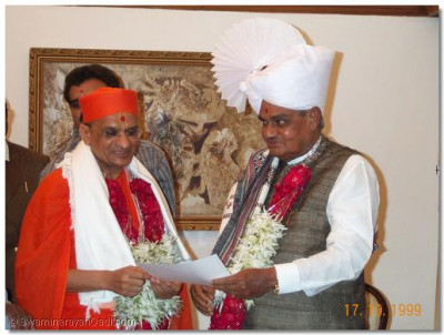 Acharya Swamishree congratulates Shree Bajpayeeji on his election success