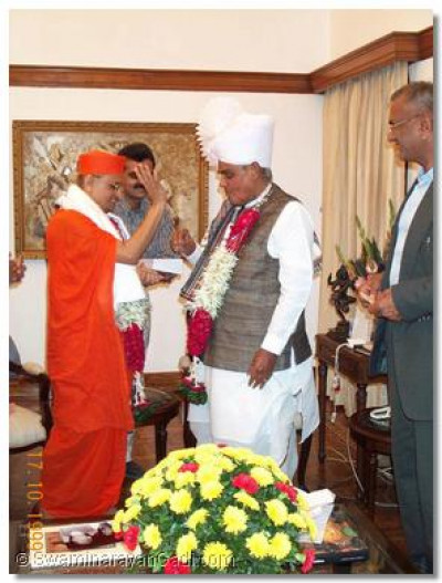 Acharya Swamishree blesses the Prime Minister