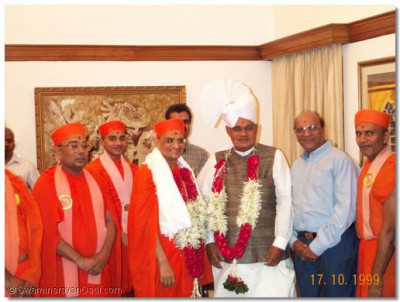 Acharya Swamishree and santo with the Prime Minister