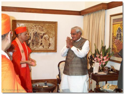 Shree Atul Bihari Bapayee receives the blessings of Acharya Swamishree