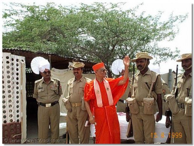 Acharya Swamishree blesses the soldiers