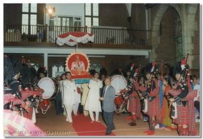 Shree Muktajeevan Pipe band saluted His Holiness Acharya Swamishree as He was carried on a palanquin through the Mandir