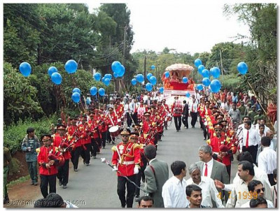 The divine Murtis were then seated in a beautifully created rath and were taken to the new Mandir in the form of a magnanimous procession led by Swamibapa Pipe Band