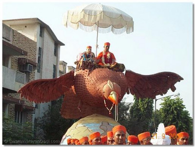 Acharya Swamishree give darshan from the float