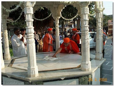 His Holiness Acharya Swamishree at the entrance to the Mandir doing darshan to the chhatri. The chhatri is where the divine charanavind (holy footprints) of the supreme Lord Swaminarayan are installed.