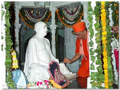 His Holiness Acharya Swamishree performing the anniversary poojan to His Holiness Jeevanpran Swamibapa on the ground floor.