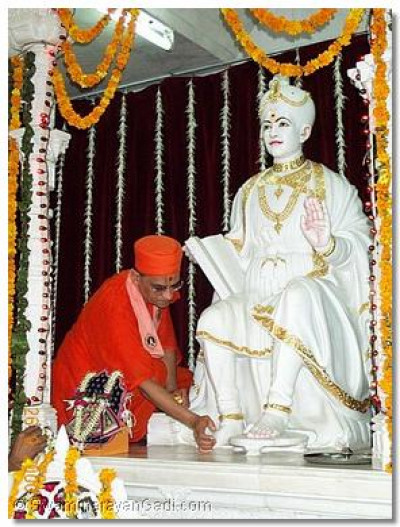 His Holiness Acharya Swamishree performing the poojan to Lord Swaminarayan and the divine Guruparampara in the main Mandir.