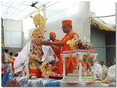 His Holiness Acharya Swamishree performing the poojan to Jeevanpran Swamibapa.