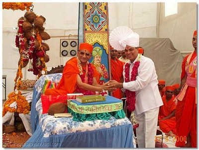 His Holiness Acharya Swamishree honoured Harin Paathak, a former student at our very own Swaminarayan College, of Central Government Ministry of Defence.