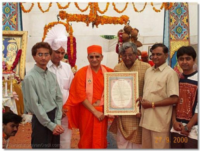 "The talented artists of Shree Swaminarayan Gadi Sansthan, Babubhai and Haribhai Soni, have shown true dedication in their work for the Sanstha. His Holiness Acharya Swamishree honoured them by bestowing upon them the titles ""Chitrakalaa Ratnaakar""."
