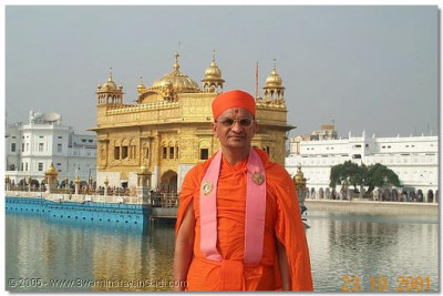 HDH Acharya Swamishree gives darshan in front of the Temple