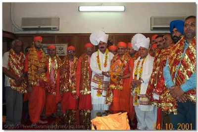 All the sants and haribhakto who accompanied HDH Acharya Swamishree on His visit were also honoured with shawls