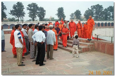 Santo and haribhakto gather for HDH Acharya Swamishree's darshan