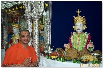 Lord Swaminarayan and HDH Acharya Swamishree giving darshan on this special day