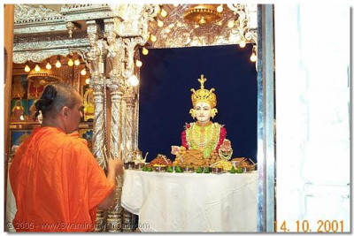 HDH Acharya Swamishree doing aarti to Lord Swaminarayan