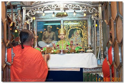 Sadguru Shree Akhileshwardasji Swami doing aarti to Shree Sahajanand Swami