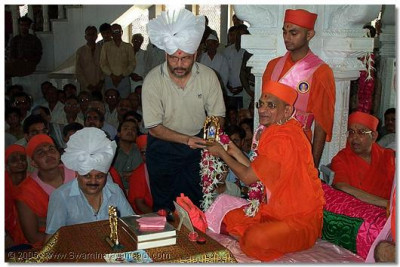 A doctor who has treated and served the needy in the local neighbourhood, is blessed with the divine Darshan of HDH Acharya Swamishree