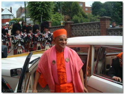 HDH Acharya Swamishree and sants arrive at Shree Swaminarayan Temple, London and are greeted by awaiting haribhakto and Shree Muktajeevan Pipe Band