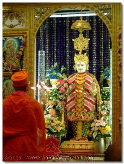 HDH Acharya Swamishree does aarti to Lord Swaminarayan
