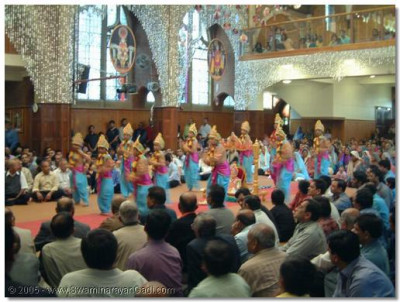 Children perform a welcome dance - 'Shyaam Padhaaro Ghanshyam Padhaaro'