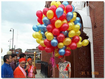 HDH Acharya Swamishree preparing to release balloons