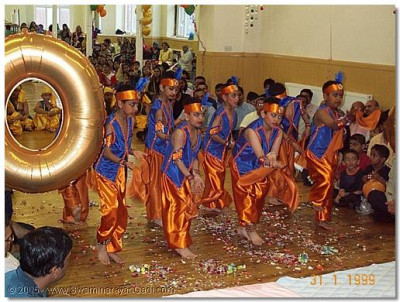 Devotees of Bolton performing dances to please HDH Acharya Swamishree