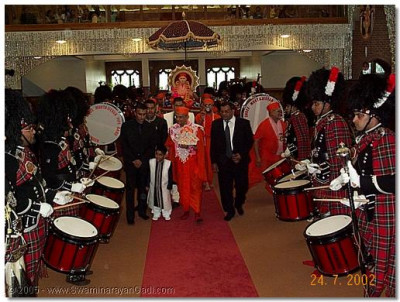 Gurudev His Divine Holiness Shree Muktajeevan Swamibapa and HDH Acharya Swamishree are given a guard of honour by Shree Muktajeevan Pipeband