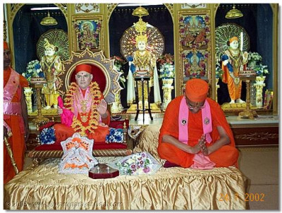 His Holiness Shree Muktajeevan Swamibapa and HDH Acharya Swamishree giving  Their divine darshan to the sabha