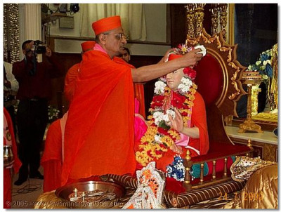 HDH Acharya Swamishree offering a garland to His Holiness Shree Muktajeevan Swamibapa