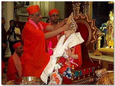 HDH Acharya Swamishree places a crown on Gurudev Jeevanpran Swamibapa