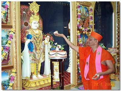 HDH Acharya Swamishree offers cake to Lord Swaminarayan