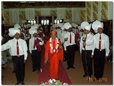 HDH Acharya Swamishree with Shree Muktajeevan Pipe Band