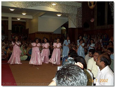Young girls dance to 'Swamibapa ni Ratna Lagi Che' to please Lord Swaminarayanbapa Swamibapa