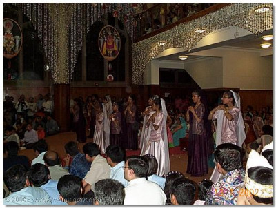 Young girls dance to 'Swamibapa Bade Tum Pyare' to please Lord Swaminarayanbapa Swamibapa
