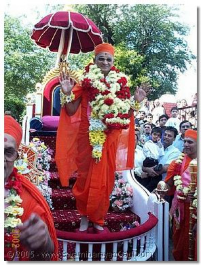 At the start of the 'Peace Procession' HDH Acharya Swamishree gives His divine darshan