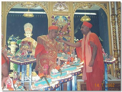 Another sant offers cake to HDH Acharya Swamishree