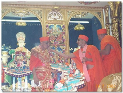 SAnother sant offers cake to HDH Acharya Swamishree