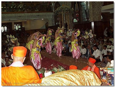 A young group of haribhakto dance on this occasion to please HDH Acharya Swamishree