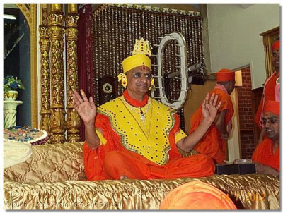 On this special occasion HDH Acharya Swamishree gives darshan with vagha of chandan