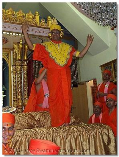 On this special occasion HDH Acharya Swamishree gives darshan with chandan vagha