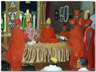 HDH Acharya Swamishree presented with 60 pure gold flowers