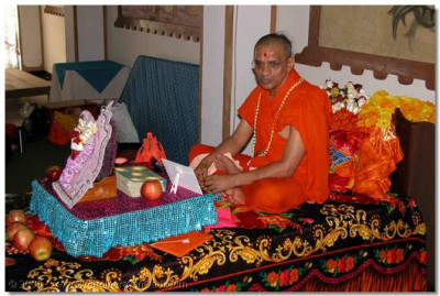 HDH Acharya Swamishree gives His divine darshan throughout the evening programme