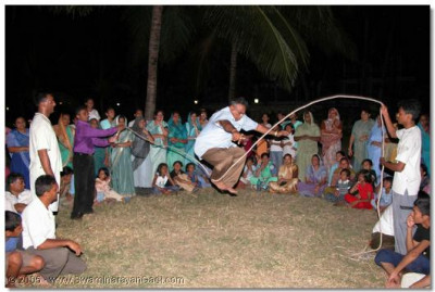 Devotees take the opportunity to please Lord SwaminarayanBapa Swamibapa and HDH Acharya Swamishree by playing jump-rope