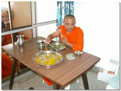 HDH Acharya Swamishree gives His divine darshan whilst taking thaar
