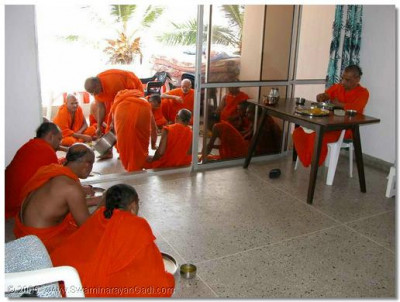 HDH Acharya Swamishree and the sants give thier darshan during thaar