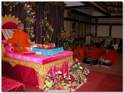 HDH Acharya Swamishree and the sants perfroms dhyaan during the Shree Sadguru Din programme