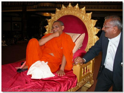 HDH Acharya Swamishree gives His darshan throughout the samuh raas