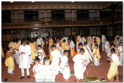 Young devotees learn to do pradikshina